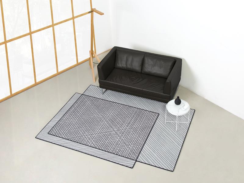 Scribbled designteppich von henrik drecker in grau und schwarz